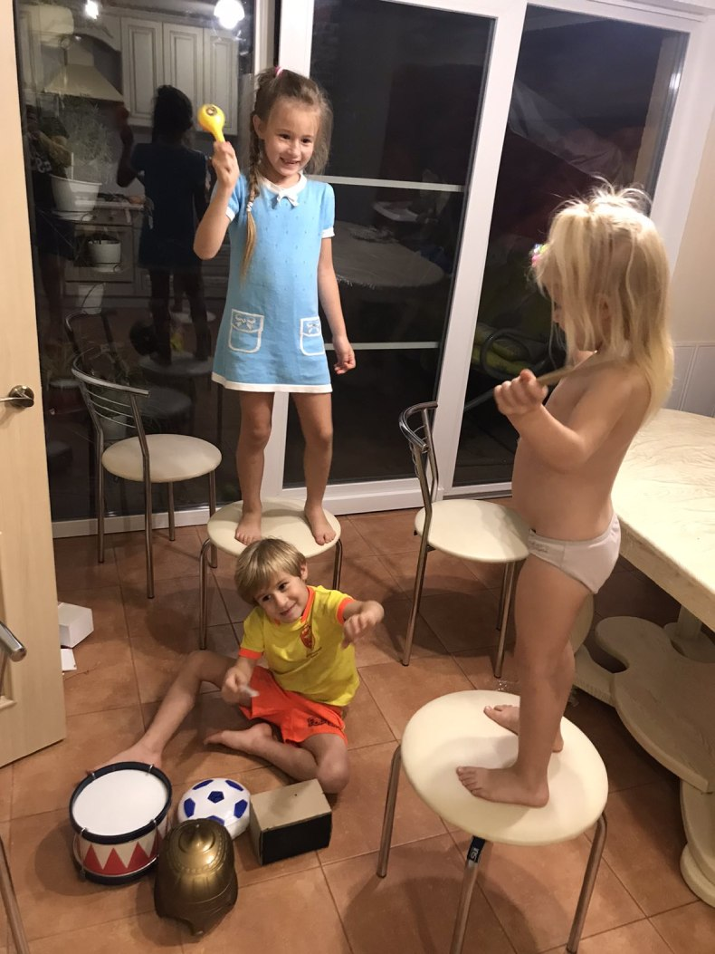 Дети Геннадия играют на кухне