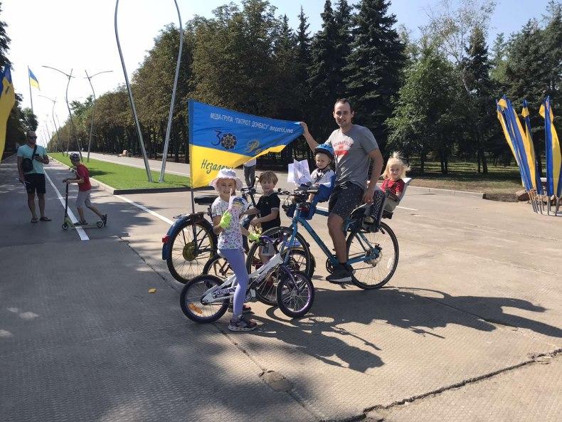 Геннадий с детьми на велосипедах