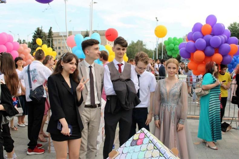 Випускники та випускниці на площі Миру