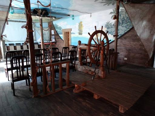 Стилізований під корабельну палубу інтер'єр музею Маклая