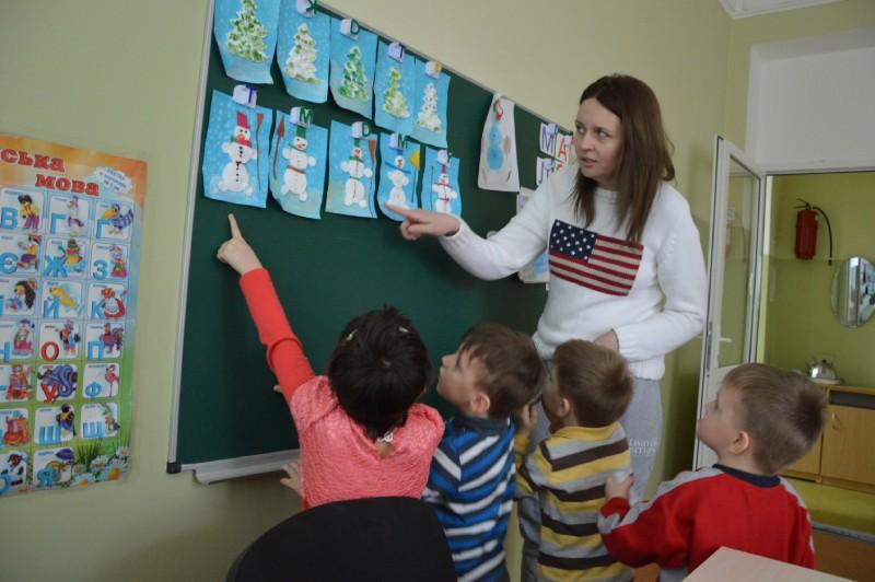 Дети показывают свои поделки