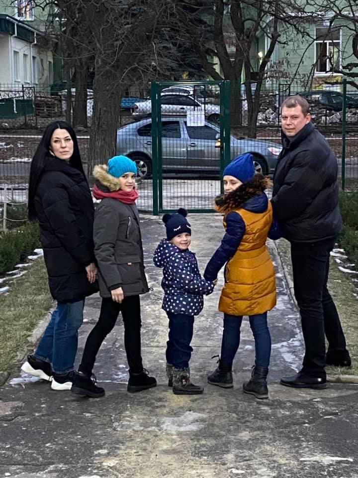 Семья Елены Горбенко у ворот Центра социально-психологической реабилитации детей в Краматорске