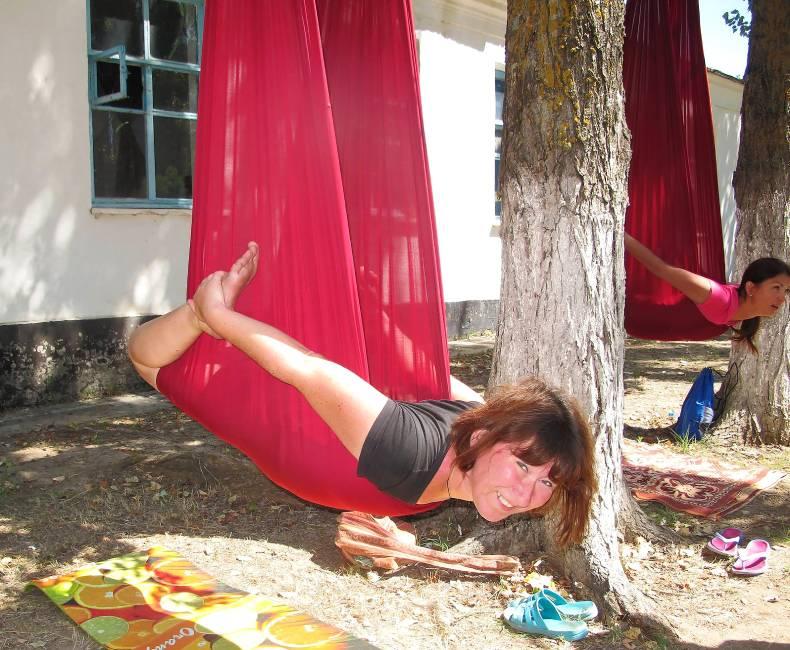 Оксана Хилюкова на занятиях по флай-йоге