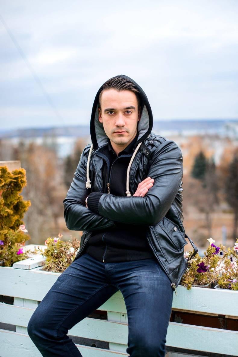 Влад Сайков, поет