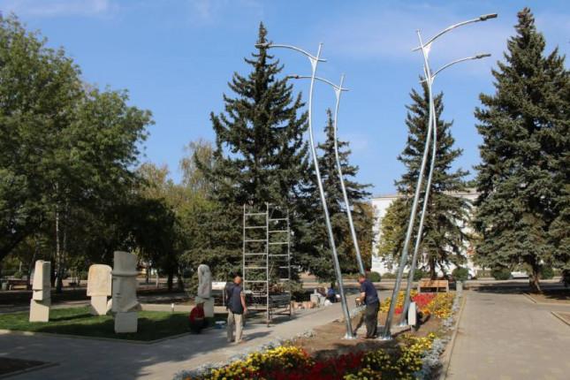 foto-montiruyut-fonari-v-skvere-labirint