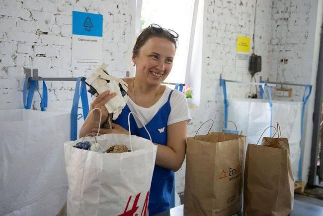волонтери займаються сортування м сміття